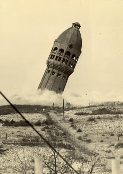 De watertoren in Zandvoort wordt opgeblazen, 1943.
