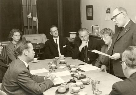 Het tekenen van de fusie-overeenkomst in 1964.