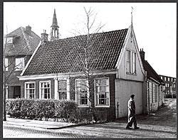 Het statige pand aan de Schoolstraat 1 in Koog aan de Zaan, jaren dertig