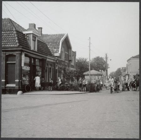 Eerste winkeltje van Albert Heijn in Oostzaan, opname jaren '20