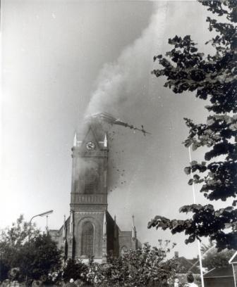 Het instorten van de brandende torenspits van de Maartenskerk in Oudkarspel, 9 juni 1969.