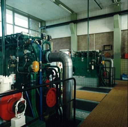 Interieur van het gemaal met de dieselmotoren, ca. 1980.