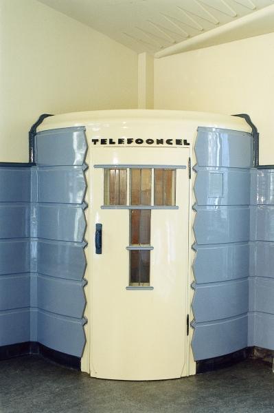 De telefooncel in het voormalig postkantoor van Het Schip.