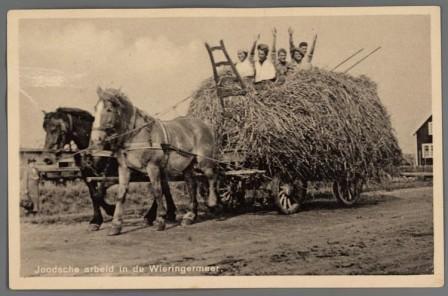 Prentbriefkaart van het Joodse Werkdorp: hooiwagen.