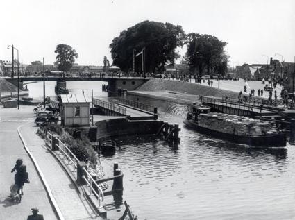 De oude 'brug der zuchten' met daarachter de in 1952 geopende Friesebrug.