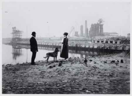 Een echtpaar met een hond bij de Hoogovens, in 1921