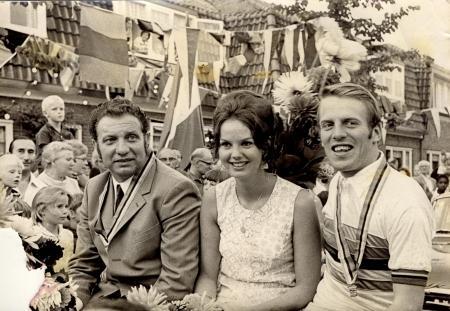 Feestelijke intocht van Cees Stam in Koog aan de Zaan op 13 augustus 1970.