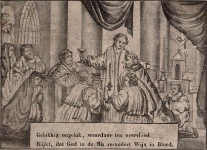 Folkert morst de geconsacreerde wijn waarna pastoor Jacob van Schoorl en pastoor Wolpert Schult van Alkmaar de druppels oplikken.