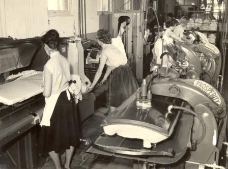 Interieur van de wasserij, voorzien van allerlei 'glanzende machines', ca. 1960.