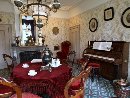 De voorkamer van de voormalige pastorie waarin tegenwoordig het Museum Betje Wolff is gevestigd.