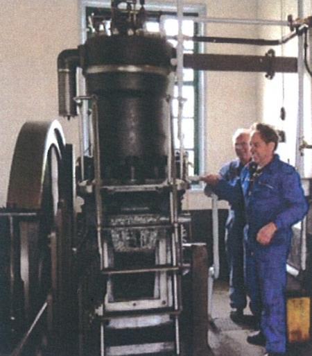 De Bronsdiesel met de machinisten Berend Eikenaar (achter) en Martien Seinen (voor).