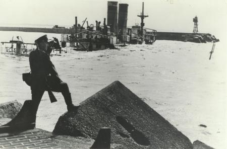 Duitse militair bij gezonken passagiersschip J.P. Coen, IJmuiden.