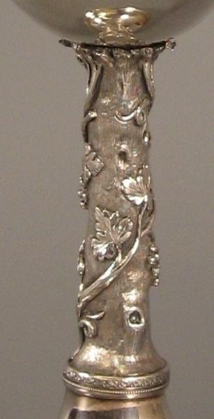 De stam van de nieuwe hensbeker van de Hondsbossche uit 1815: een met wingerd en rijpe druiventrossen omwoekerde boomstronk.