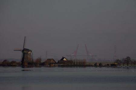 De Mooie Nel met de Amsterdamse haven op de achtergrond.