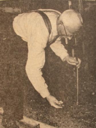 Piet Kroon, een van de laatste bewoners van het Westerhofje, bezig met de verzorging van zijn wormen.