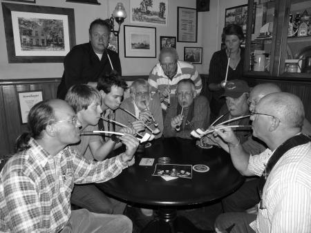 Leden van het rokersgilde komen bijeen om gezamenlijk een 'pijpje' op te steken