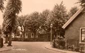Rechts achter de lantaarnpaal ligt het voormalig huisje van weduwe Janne van Harp Heijnen.