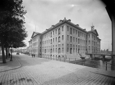 's Lands Zeemagazijn in 1910/1935. Bron: het Geheugen van Nederland