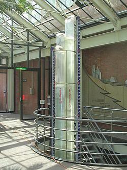 Een bout geeft het N.A.P. aan in het Stadhuis/Muziektheater in Amsterdam.