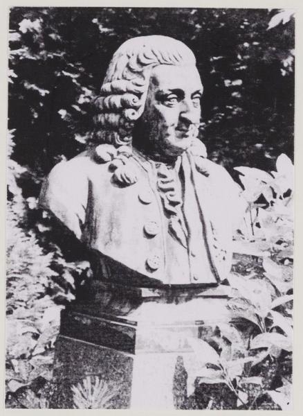Linnaeus, borstbeeld in de tuin van De Hartekamp.
