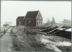 De voormalige apotheek Van Sante, in z'n uppie op de Schans, 1960