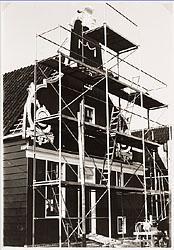 De wederopbouw van het wevershuis op de Zaanse Schans, jaren zeventig