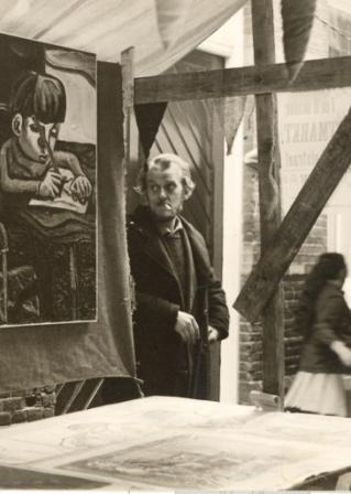 Kunstenaar Arnold Reemer kreeg van de Alkmaarsche Courant het advies nuttig werk te gaan zoeken. Foto uit 1964.