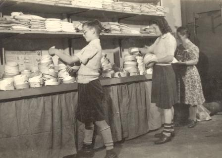 Ook de kinderen van Cor werkten al jong mee in het bedrijf, ca. 1945.