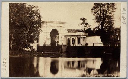 Foto door G.L. Mulder van de Kennemerpoort vlak voor de afbraak, 1865.