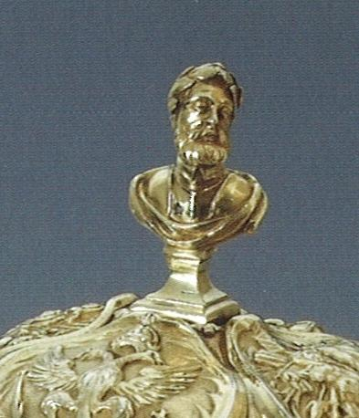 Borstbeeldje van Karel V op het deksel van de hensbeker.