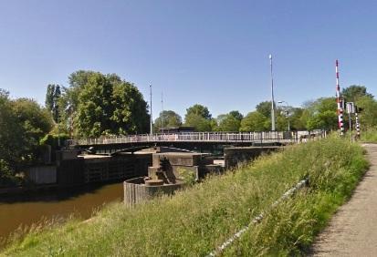 De dubbele draaibrug over het Noordhollands Kanaal in Buiksloot (Buiksloterdijk).
