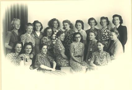 Een foto uit 1947 van het dameskoor Half Vijf te Alkmaar, waarvan Jonker dirigent was.