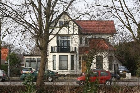 Witte burgemeestersvilla aan de Hoofdweg.