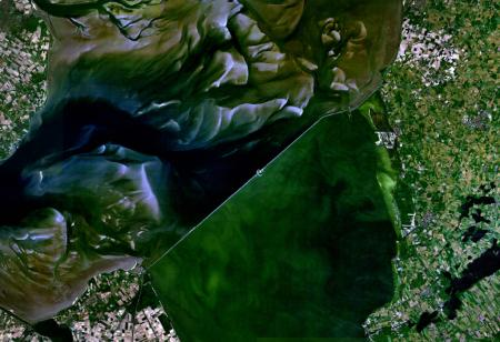 Satellietfoto van de Afsluitdijk.