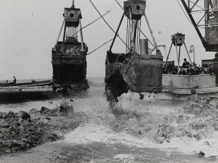 De Afsluitdijk is dicht! Op 28 mei 1932 om 13.02 uur. Op de achtergrond genodigden en journalisten.