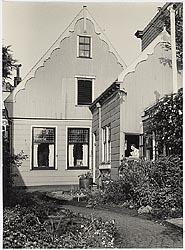 De apotheek Van Sante, Westzijde 10 gezien vanaf de Zaan