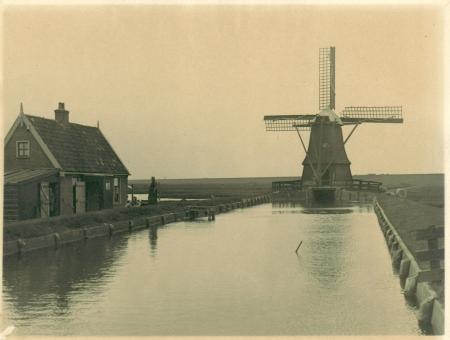 Het molentje van de Leipolder achter de Hondsbossche Zeewering, voor de Tweede Wereldoorlog vervangen door een gemaaltje en gesloopt.