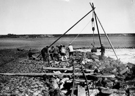 Werk aan het hoofd Hondsbossche zeewering met bok, ca. 1925
