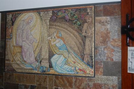 Een van de mozaïekafbeeldingen bij de ingang.