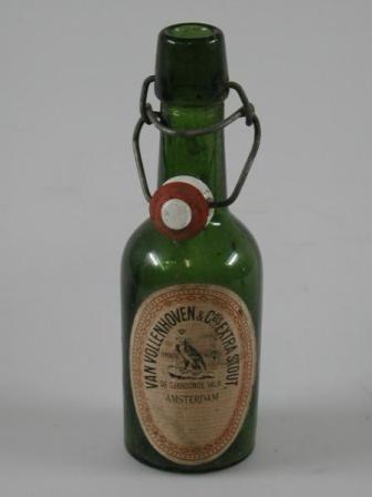 Bierfles 'De Gekroonde Valk', 1921- 1923, glascollectie Amsterdam Museum