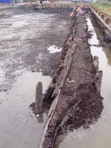 Opgegraven schip in de Omringdijk.