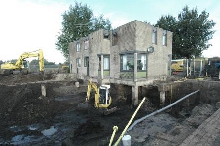 Omdat de vervuilde grond voor de woonhuizen in 2006 werd gesaneerd, konden archeologen op deze plek een klein onderzoek naar de dijk uitvoeren.
