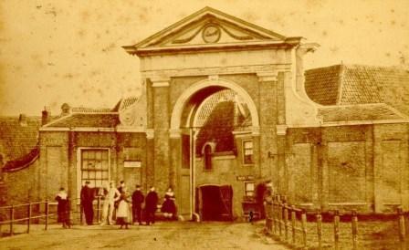 De Westerpoort omstreeks 1870. De eerste Westerpoort is in begin negentiende eeuw gesloopt. De nieuwe poort, uit 1807, kreeg ook een afbeelding van Lambert en zijn moeder in de timpaan. Nadat deze poort in 1872 is gesloopt, kwam er nog een aandenken aan