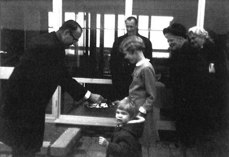 Betty Laan (voorgrond) en Anja Buisman, kleindochters van dijkgraaf J. Laan Dz., bieden CdK F.J. Kranenburg de sleutel van gemaal De Drieban aan, 24 oktober 1966.