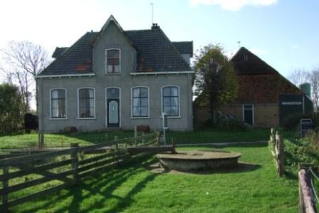Huize Brakestein met op de voorgrond de in 2002 gerestaureerde Wezenputten.