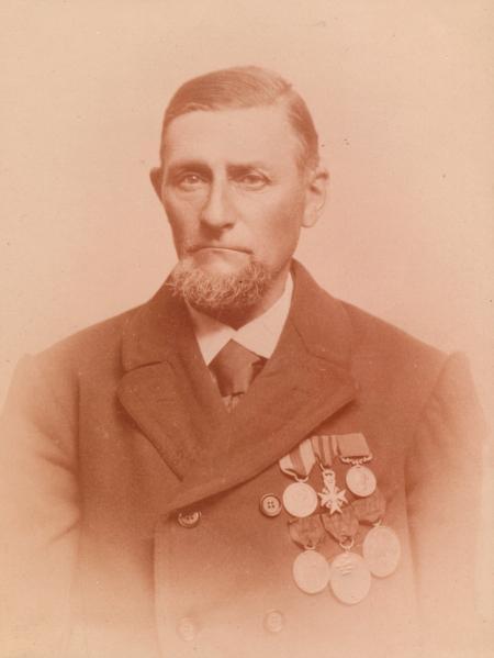 Dorus Rijkers omstreeks 1887 met onderscheidingen.