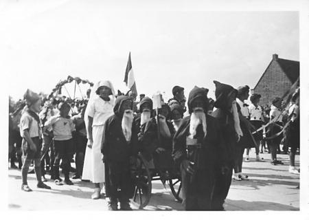 Schoolkinderen vierden in 1934 feest op 31 augustus, de verjaardag van koningin Wilhelmina.