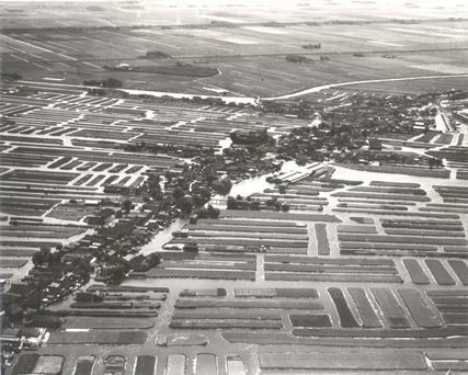 Luchtfoto van Langedijk en haar landerijen voor de ruilverkaveling, ca. 1960.