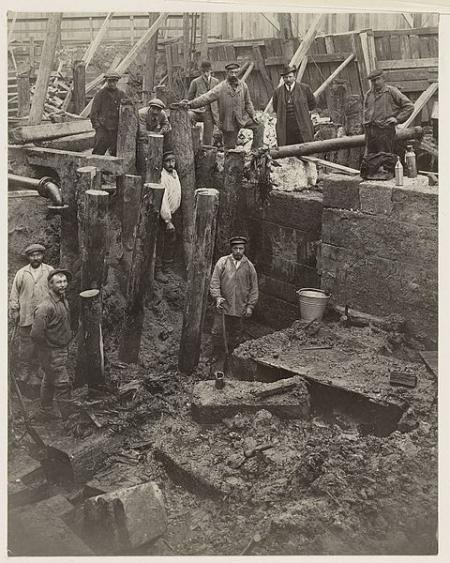 Ontdekking van het fundament van de Damsluis, 1913.