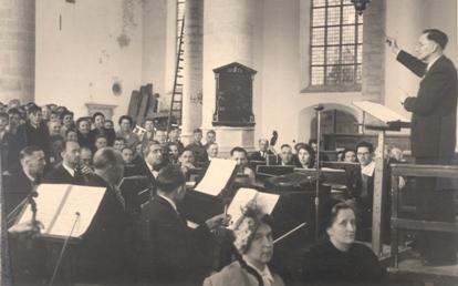 Dirigent Jonker leidt een uitvoering van de Matthäus Passion in de Alkmaarse Grote Kerk in 1964.